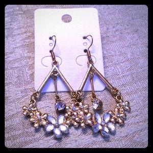 Jewelry - Gold dangle earrings